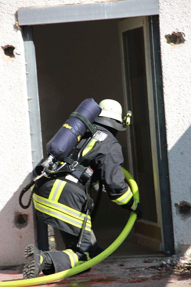 Atemschutztrupp auf dem Weg ins Gebäude