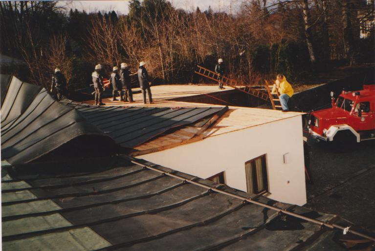 Abgedecktes Dach vom Pfarrsaal