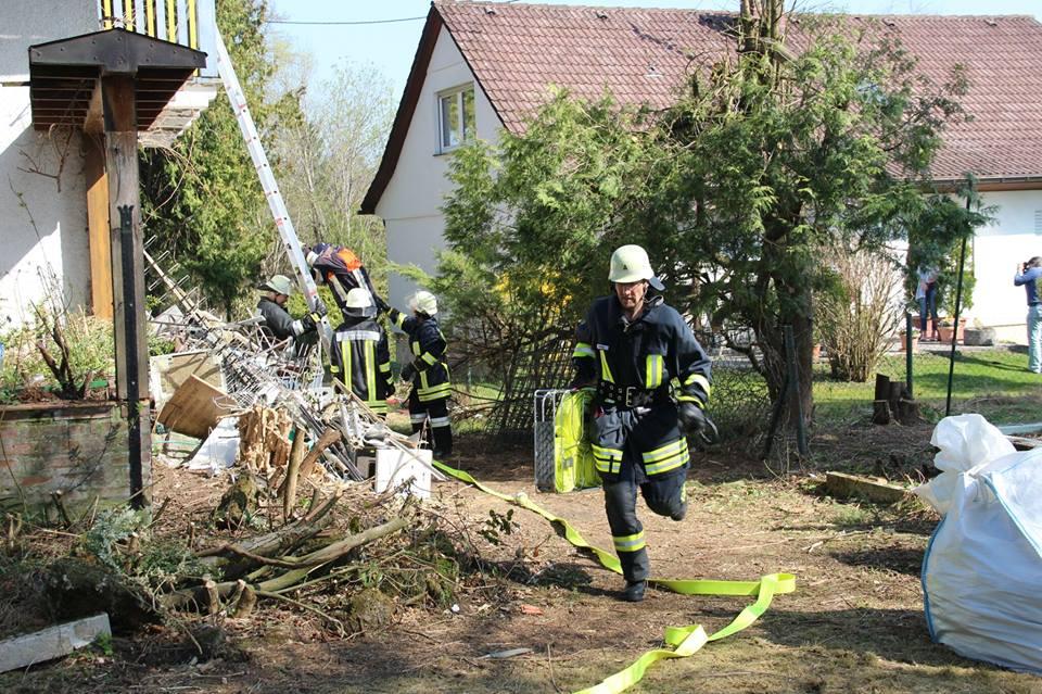 Feuerwehrmann mit Schlauchtragekorb