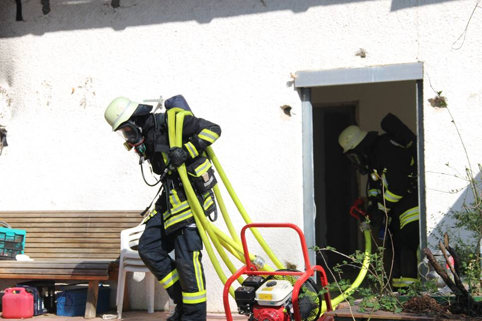 Atemschutztrupp verlässt das Gebäude